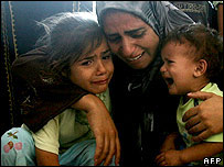 Familia palestina llora a familiar muerto en ataque israelí.