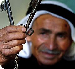 Un anciano palestino muestra las llaves de su hogar
