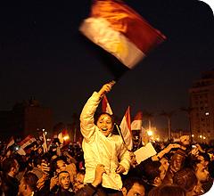 El pueblo egipcio celebra en la Plaza Tahir la renuncia de Mubarak tras 30 años en el poder