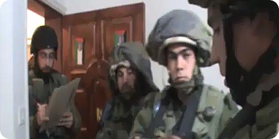 Soldados israelíes en redada nocturna dentro de una casa palestina