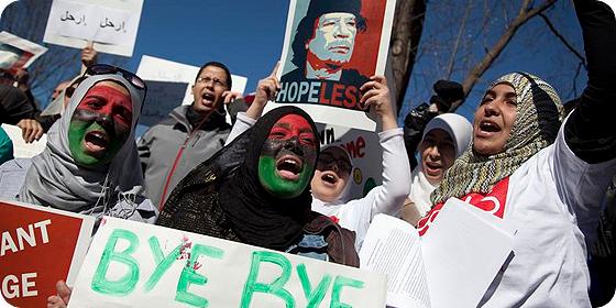 Protestas en Libia para pedir la salida de Gaddafi.