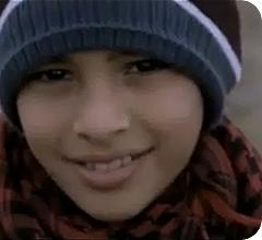 Una niña palestina, refugiada, sonríe a la cámara