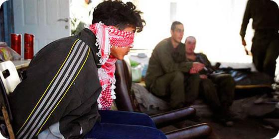 Jóvenes palestinos, detenidos y vendados por fuerzas israelíes