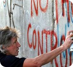 Roger Waters escribiendo sobre el muro del apartheid