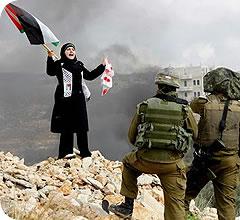 Una mujer palestina planta cara a soldados israelíes